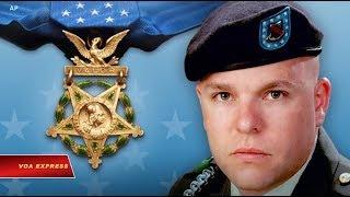 Tấm huy chương danh dự dành cho sĩ quan lục quân Travis Atkins (VOA)