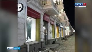 С фасада здания в центре Омска обрушилась лепнина