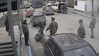 Militari ruși atacă un jurnalist care filmează o ilegalitate #Simferopol