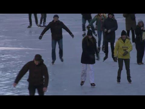 Совршена зимска забава - Холанѓаните се лизгаат по смрзнатите канали и езера
