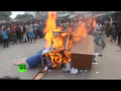 В Бангладеш рабочие поджигают швейные фабрики