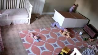 Na malenog dječaka pao ormar, pogledajte šta je učinio njegov brat blizanac! (VIDEO)