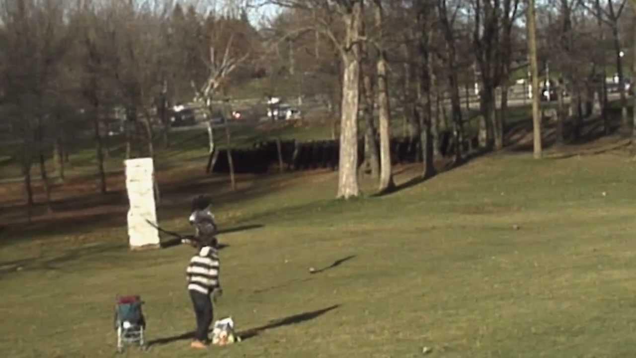 Un aigle royal essaie de voler un bébé