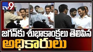 Watch: YS Jagan helps AP Bhavan officials giving a selfie..