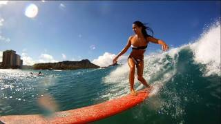 Kelia moniz surfeando