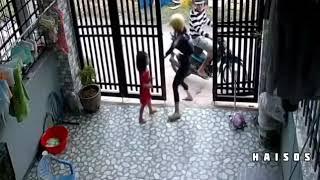 Xem Cặp đôi cướp điện thoại trên tay đứa bé