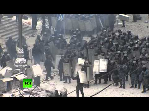Украинский спецназ оттесняет демонстрантов с улицы Грушевского