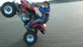 Quad sur la plage: petit mais costaud!