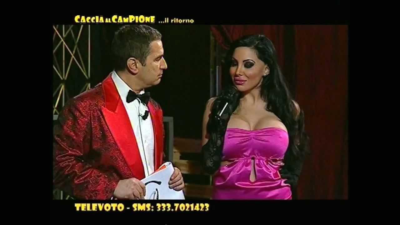 Valentina ciccone fa uno striptease a caccia al campione for Daniela costanzo