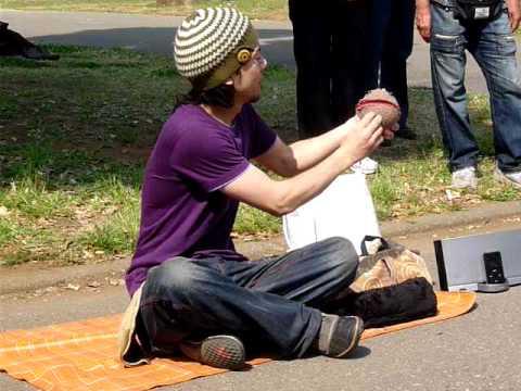 Japończyk przezentuję żonglerke kontaktową