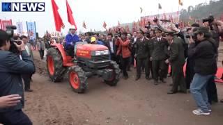 Chủ tịch nước Trần Đại Quang lái máy cày trong lễ Tịch điền trên cánh đồng Đọi Sơn
