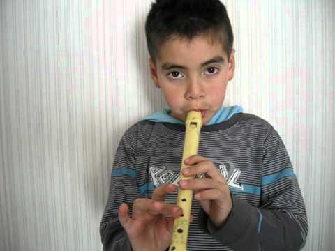 niño tocando himno de la alegria en flauta dulce