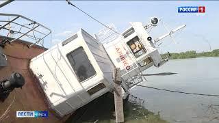 В Омске затонуло судно, оставив большое масляное пятно