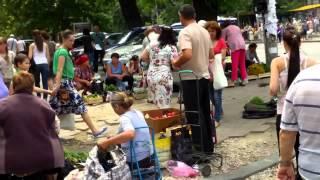 Comerț stradal ilegal lîngă Ministerul de Interne de la Chișinău