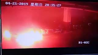 Une Tesla Model S prend mystérieusement feu dans un parking