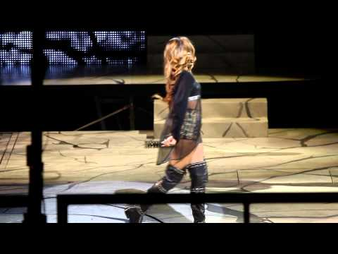 Baixar Rihanna LIVE in Concert- Pour it up