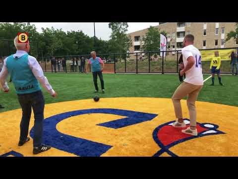 Vincent Janssen schoot altijd schuttingen kapot, nu kunnen kinderen op zijn Cruyff Court spelen