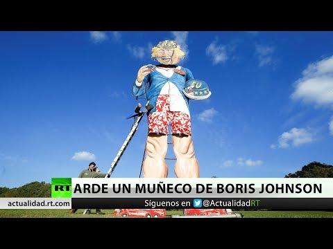 Un muñeco de Boris Johnson arde en la tradicional noche de las hogueras en Londres