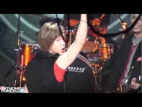[FANCAM] 100910 Onew laughing at Taemin during Lucifer Rehearsal