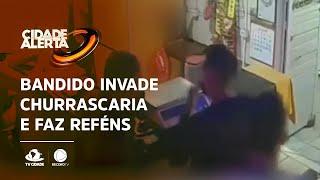 Bandido invade churrascaria e faz funcionários e clientes de reféns