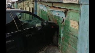 В Омске машина протаранила дом — видео с места ЧП