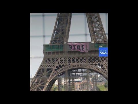 Activistas ecologistas de Extinction Rebellion cuelgan una pancarta de la Torre Eiffel