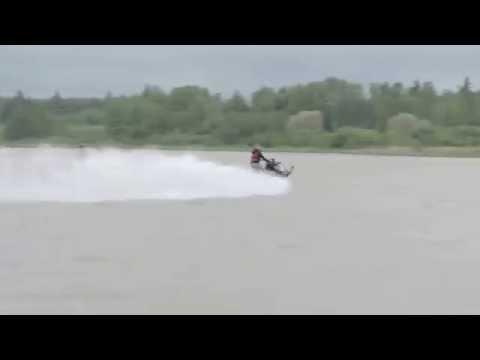 Tältä näyttää moottorikelkka-ajelu järvessä!