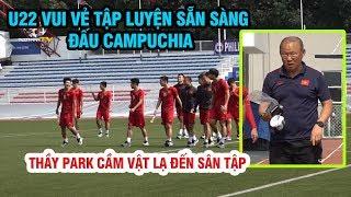 U22 Việt Nam vui vẻ tập luyện, Quang Hải cười tươi đi bộ cùng bác sĩ, thầy Park cầm vật lạ đến tập
