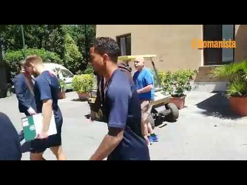 VIDEO - Villa Stuart, la risposta di Kluivert a un tifoso: