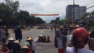 Hàng ngàn ngư dân Hà Tĩnh giận dữ chặn QL1 phản đối CQ quỵt tiền bồi thường