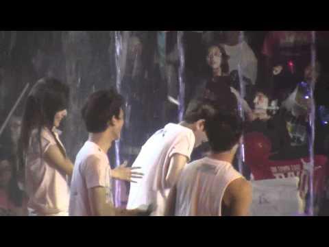 Jonghyun teasing Baekhyun - SMtown 2012 LA