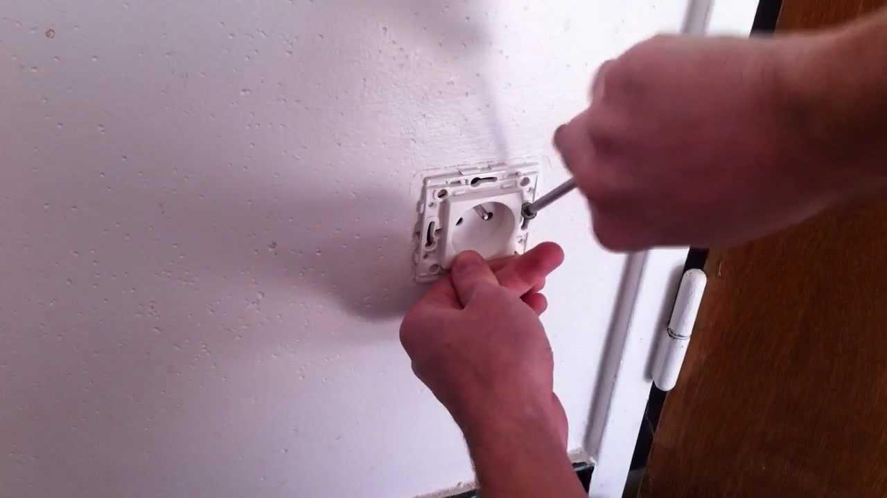 prise d 39 lectricit r parer ou changer une prise murale conseils bricolage youtube. Black Bedroom Furniture Sets. Home Design Ideas