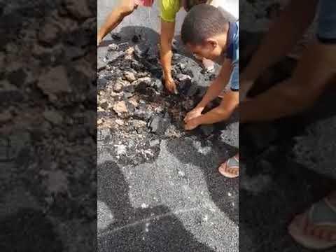 مواطنون يفضحون الغش في تزفيت طريق بأزغنغان
