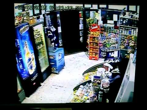 Двајца млади крадци сакаа да ја испразнат касата, но одеднаш се појави продавачот