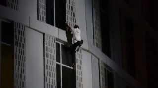 """仏の""""スパイダーマン""""Alain Robertさんが『世界で最も高い""""ねじれたビル""""』を制覇。"""