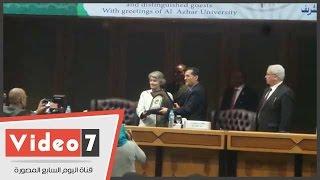 بالفيديو.. رئيس جامعة الأزهر يمنح درع الجامعة لمديرة اليونسكو ووزير التعليم العالى -