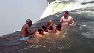 Nadar a orillas de una cascada