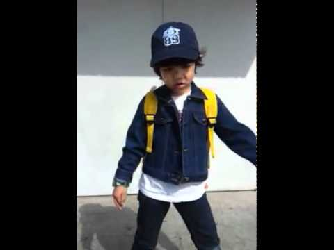 120427 Yoogeun singing and dancing to SHINee's Stranger