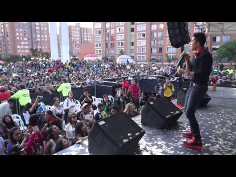 Andy Rivera canta Salgamos en el concierto de farraciones Oxígeno