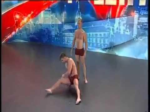 Esibizione di due acrobati eccezionali