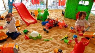 Fatih Selim ve Ela kum park'ında kum oyuncak'larıyla oyun alanında eğlenceli oyunlar oynuyorlar