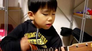 Самый маленький и обаятельный гитарист