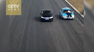 بالفيديو.. فيما يشبه مشاهد السينما..سائق تاكسى يهرب بشرطى مرور على السيارة