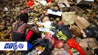 Công nhân ăn rau được nhặt từ bãi rác | VTC