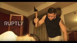 Frizer šiša svoje mušterije sjekirom (VIDEO)