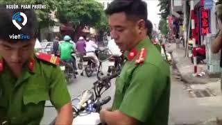Xe cứu thương đang chở người đi cấp cứu bị cảnh sát trật tự chặn lại phạt tiền