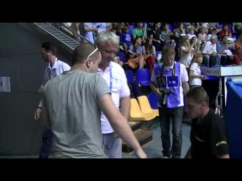 Українські баскетбольні фани нагодували російську збірну цукерками Roshen