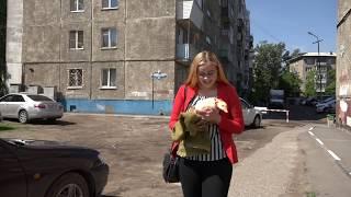 Жительница Омска привлекает внимание прохожих своим необычным для города питомцем