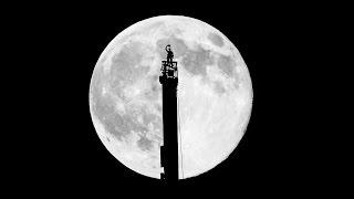 ブルジュハリファと月。 ブルジュハリファに登っているのは、ハムダン皇子。