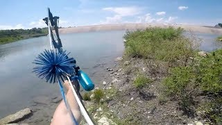 Uzeo je luk i ispalio strijelu u jezeru… DA LI JE MOGUĆE DA OVO ZAISTA RADI?! (VIDEO)